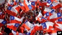 Aficionados del equipo nacional de fútbol de Chile agitan banderas de la nación antes de la final de la Copa América entre Chile y Argentina en julio 4 de 2015. La FIFA sancionó a Chile y otros países por la conducta antideportiva de sus aficionados.