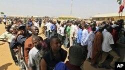 ປະຊາຊົນຜູ້ມີສິດປ່ອນບັດໄປລຽນແຖວກັນເພື່ອລໍຖ້າລົງທະບຽນ ທີ່ສູນຈົດທະບຽນ ເມືອງ Abuja ຂອງໄນຈີເຣຍ ໃນວັນທີ 15 ມັງກອນ, 2011.