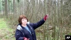 卡罗尔·维克站在自家的林地旁