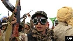 Vojnik libijske vlade pozira za kameru na zapadnoj kapiji grada Ajdabije, 17. mart 2011.