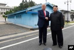美国总统特朗普2019年6月30日星期日在韩国非军事区的板门店停战村和朝鲜领导人金正恩握手。