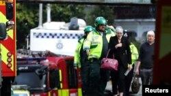 Policija pomaže ženi povređenoj u eksploziji na stanici Parsons Grin