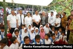 Beberapa pejabat Indonesia dan IMF hari Senin (8/10) mengunjungi Desa Guntur Macan, Lombok, NTB, salah satu desa terdampak gempa yang terparah pasca gempa pada Juli-Agustus lalu.