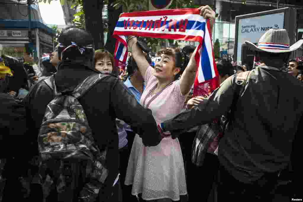 An anti-government supporter reacts as protest leader Suthep Thaugsuban (not seen) leads a rally in Bangkok's financial district, Jan. 23, 2014.