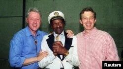 Слева направо - экс-президент США Билл Клинтон, Чак Берри и бывший британский премьер Тони Блэр