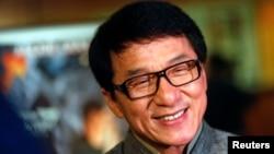 Aktor Jackie Chan tiba di acara penghormatan untuk dirinya di Samuel Goldwyn Theater, Beverly Hills, di California, Juni 2013. (Reuters/Patrick T. Fallon)