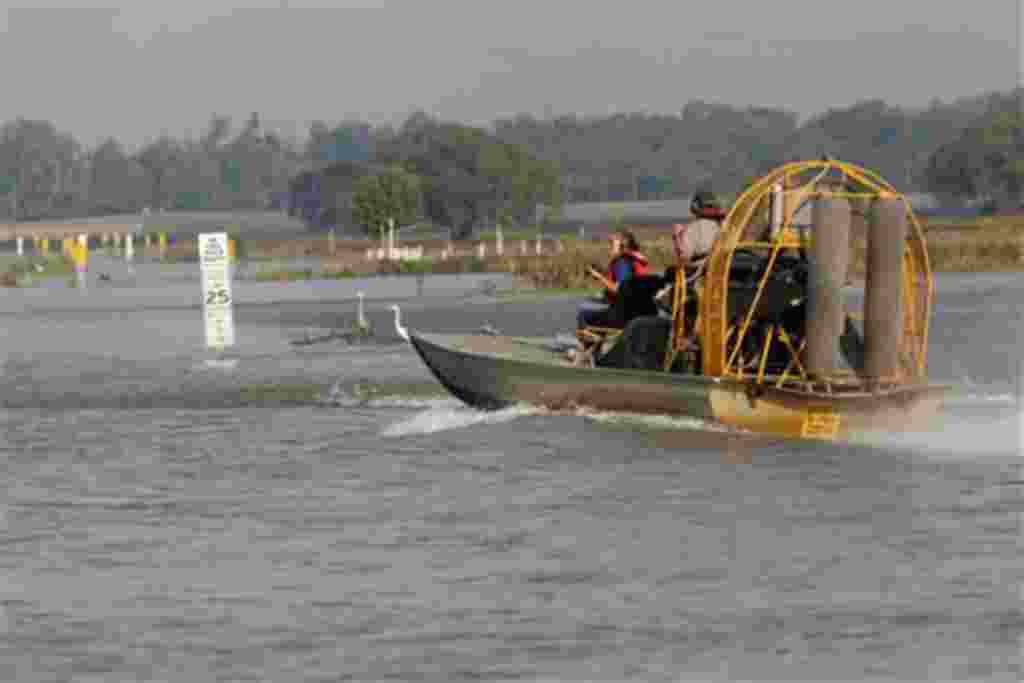 El cuerpo de ingenieros del ejércto atraviesa el vertedero Carre, para colocar las barreras de madera que servirán como dique contra la marea alta en Norco, Luisiana, 9 de mayo de 2011.
