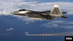 미 공군 F-22A 전투기에서 AIM-120 공대공미사일을 발사했다.