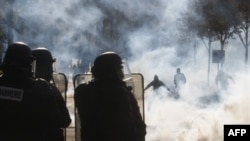 Cảnh sát dùng hơi cay để giải tán đoàn biểu tình gần Paris