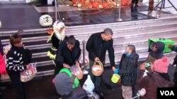 El presidente Barack Obama, la primera dama Michelle Obama y la suegra del presidente, Marian Robinson, celebrando Hallloween junto a los niños.