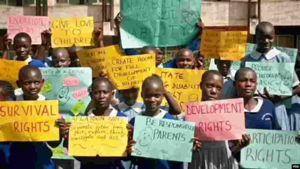 Des enfants du Kenya tenant des bannières, pour la journée internationale de l'enfant africain au kenya, le 16 juin 2016.