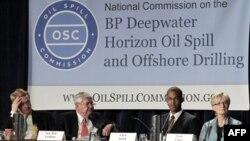 Уильям Райли (слева) на заседании комиссии по расследованию аварии на нефтяной платформе