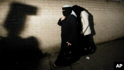 Deux femmes musulmanes quittent Little Harwood Community Centre à Blackburn, en Angleterre.