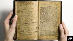 El primer libro impreso en EE.UU. tiene correcciones hechas a mano. Se estima que solo sobreviven 11 copias de esa edición que data de 1640.