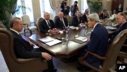 """Amerika bosh diplomati Jon kerri Turkiyaga safari chog'ida prezident Rajap Toyib Erdog'an bilan ko'rishayapti. Taraflar """"Islomiy davlat"""" guruhi haqida ham gaplashdi."""