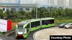 一家中国公司推出的一款自动轨道快速公交智能巴士。