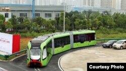 一家中國公司推出的一款自動軌道快速公交智能車。