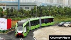 "Perusahaan China CRRC memperkenalkan kendaraan listrik ""bus pintar"" atau Autonomous Rail Rapid Transit."