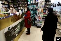 ایران میں لوگ وائرس سے بچنے کے لیے ہر جگہ ماسک پہن رہے ہیں۔ 29 فروری 2020