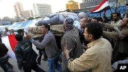 Masu zanga zanga dauke da mutum mutumin Hosni Mubarak