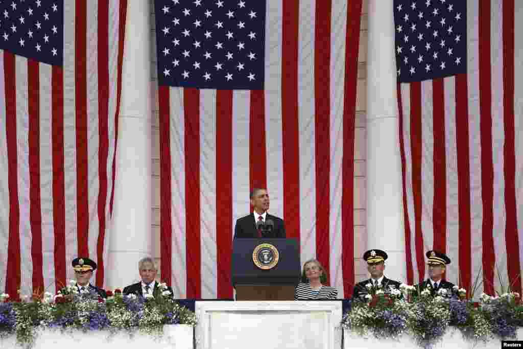 Predsjednik SAD Barack Obama prilikom govora na Nacionalnom vojnom groblju u Arlingtonu, u povodu 27. maja, američkog praznika Dana sjećanja kada Amerikanciju odaju počast svim vojnicima poginulim u ratovima na američkom tlu i u inostranstvu.