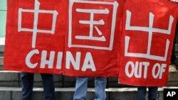 Các nhà hoạt động Philippines biểu tình bên ngoài Lãnh sự quán Trung Quốc ở Makati, phía nam Manila.