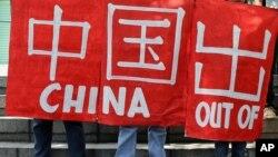 Các nhà hoạt động môi trường Philippines biểu tình trước Lãnh sự quán Trung Quốc ở ngoại ô Makati để phản đối hành động xây đảo của Trung Quốc ở Biển Đông, ngày 11/5/2015.
