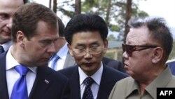 Лідер КНДР Кім Чен Ір розмовляє з президентом Росії Дмитром Медведєвим