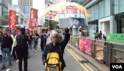 遊行人士高舉黃傘要求鄭若驊下台。(美國之音湯惠芸)