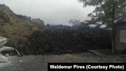 As lavas do vulcão do Pico engolindo residências na Chã das Caldeiras. O vulcão está em actividade desde 23 de Novembro. Fogo, Cabo Verde, 30 de Novembro, 2014