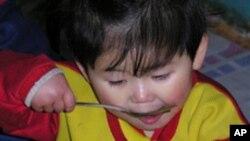 외국 지원식량으로 점심을 먹는 북한 어린이