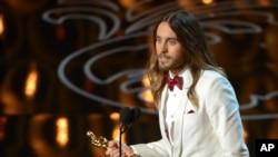 """Jared Leto saat menerima piala Oscar 2014 sebagai aktor pendukung terbaik dalam film """"Dallas Buyers Club"""" di Dolby Theatre, Los Angeles (2/3)."""