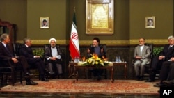 از چپ: دومنیک دو ولیپن، جک استرا، حسن روحانی، محمد خاتمی رئیس جمهوری وقت ایران، کمال خرازی و یوشکا فیشر در نشست تهران