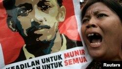 Seorang demonstran membawa poster mendiang Munir Said Thalib dalam aksi unjuk rasa menuntut keadilan untuk Munir di Jakarta (foto: dok).