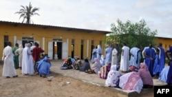 Les gens attendent de voter devant le bureau de vote de Nouakchott pour les élections législatives, régionales et locales du pays, le 1er septembre 2018.
