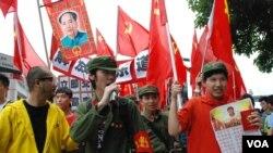 示威者扮紅衛兵諷刺太多大陸自由行遊客來香港,影響香港人生活 (美國之音湯惠芸攝)