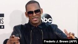 R. Kelly lors des American Music Awards 2013 à Los Angeles, le 24 novembre 2013. La star de R&B fait face à des allégations répétées d'abus sexuels sur mineures. (AFP/Frédéric J.Brown)
