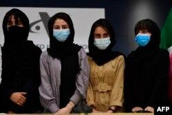 Empat wanita Afghanistan, anggota tim Robotika Afghanistan, tiba di Bandara Internasional Benito Juarez, Mexico City, 24 Agustus 2021.