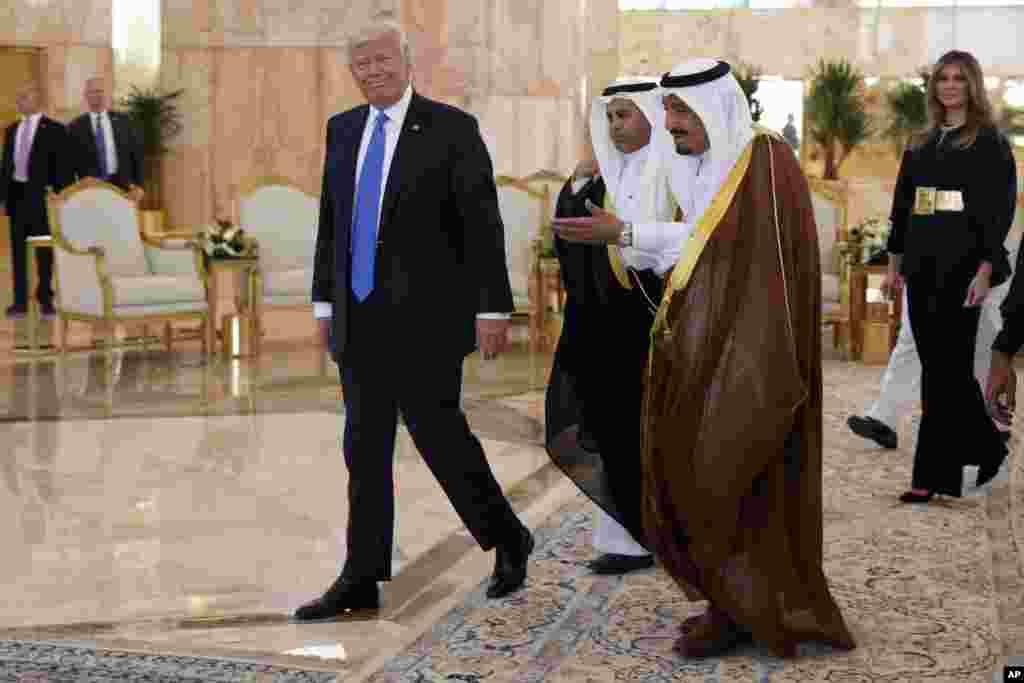 امریکی صدر کے ساتھ ان کی اہلیہ میلانیا ٹرمپ بھی موجود تھیں۔