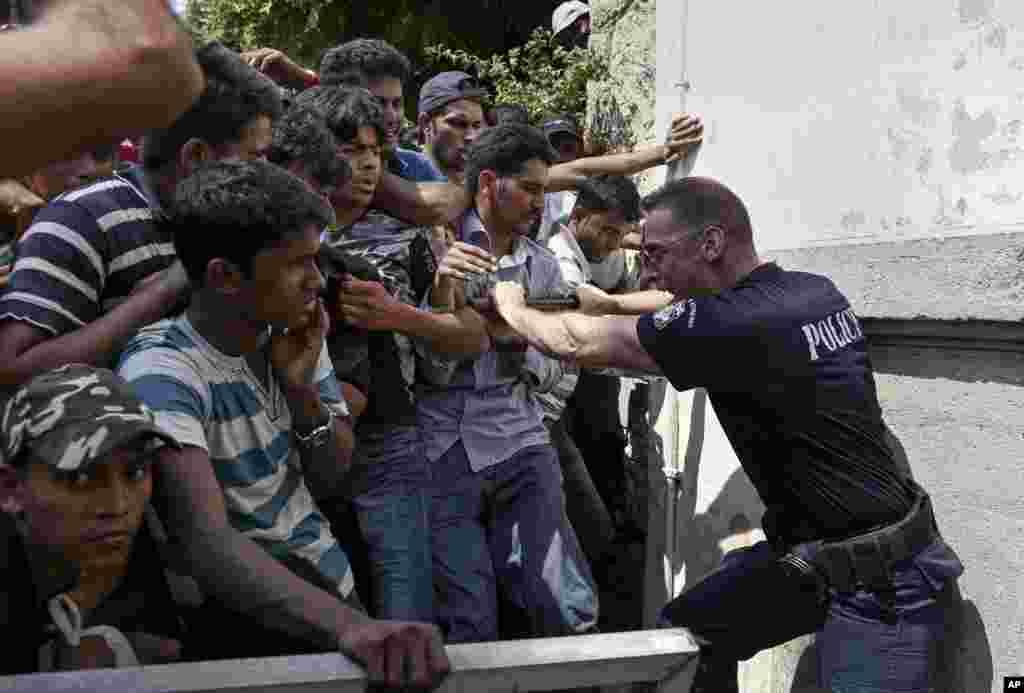 Gretsiyaning Kos orolida ro'yxatdan o'tish uchun kutib turgan migrantlar