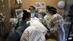 Personeli mjekësor gjatë punës në Qendrën Mjekësore të Kryqit të Shenjtë në Los Anxhelos