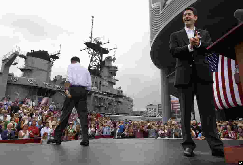 Митт Ромни и Пол Райан уходят со сцены после того, как Ромни представил Райана в качестве своего вице-президента. Норфолк, Вирджиния. 11 августа 2012 года.