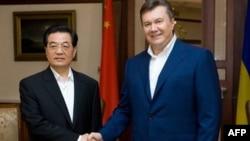 Tổng thống Ukraina Viktor Yanukovich (trái) tiếp Chủ tịch Trung Quốc Hồ Cẩm Ðào khi ông Hồ đến thăm Ukraina