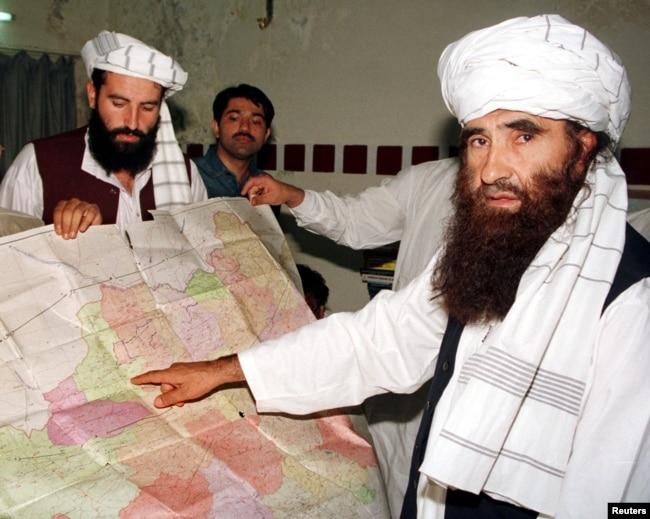 جلال الدین حقانی (دائیں جانب) کے بعد ان کے بیٹے سراج الدین حقانی (بائیں جانب) کو حقانی نیٹ ورک کا سربراہ بنایا گیا۔ (فائل فوٹو)