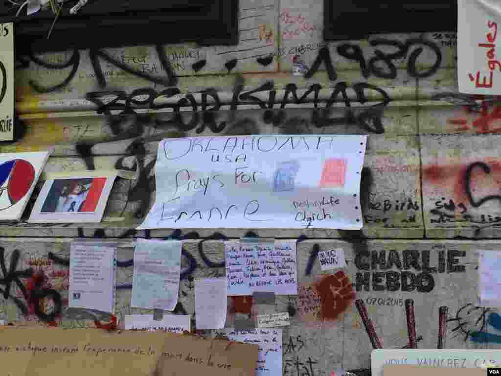Messages left at the Place de la Republique in Paris, France in honor of the November 13 terror attacks, Nov. 16, 2015. (Photo: D. Schearf / VOA)