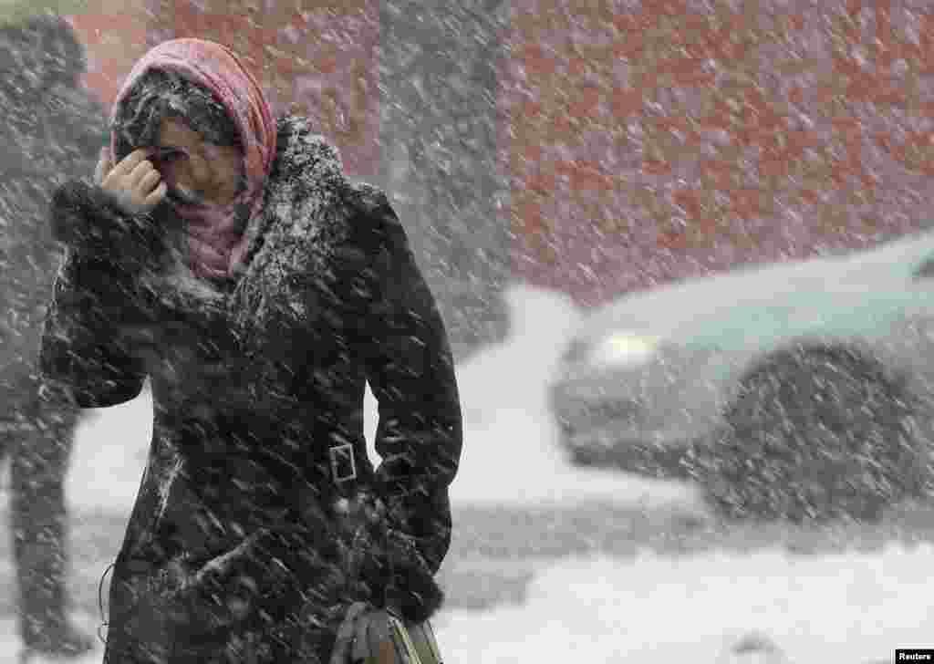 Zima se, bez ozbira na kalendarski početak proljeća, u Ukrajini i njenom gradu Kijevu, ne predaje.