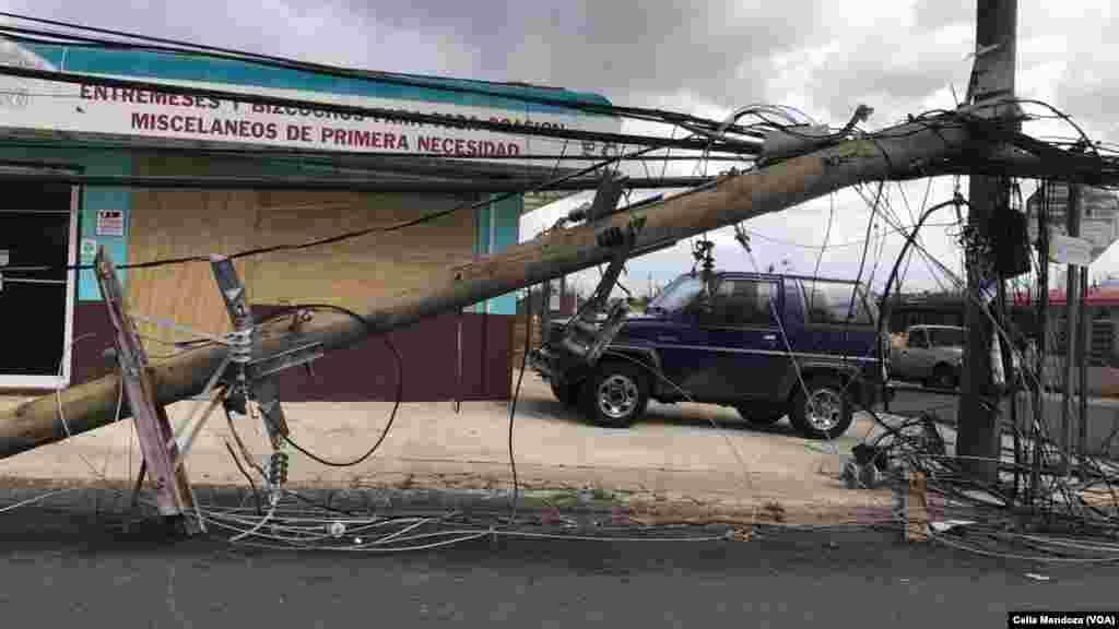 Postes caídos en calles de Puerto Rico tras el paso del huracán María. El servicio de telefonía móvil sigue temiendo problemas.
