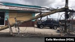 Postes caídos en calles de Puerto Rico tras el paso del huracán María.