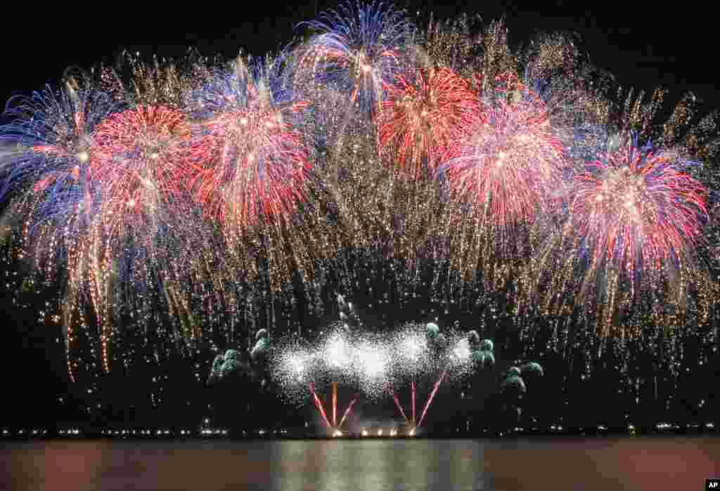 Fireworks from the United Kingdom's Jubilee Fireworks dot the sky at the scenic Manila Bay during the 6th International Pyro musical competition held at the Mall of Asia shopping complex at suburban Pasay city south of Manila, the Philippines, March 7, 2015.