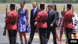 Presiden AS Barack Obama bersama Ibu Negara Michelle Obama (kiri) dan kedua anaknya Malia dan Sasha mendarat di San Salvador, El Salvador, Selasa (22/3).